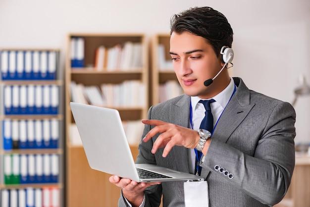 Przystojny pracownik obsługi klienta z zestawem słuchawkowym
