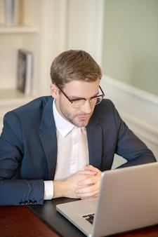 Przystojny prawnik uważnie czytający dokument