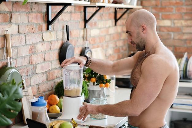 Przystojny, przystojny mężczyzna w kuchni