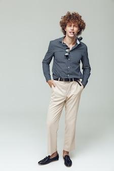 Przystojny retro mężczyzna ubrany w koszulę