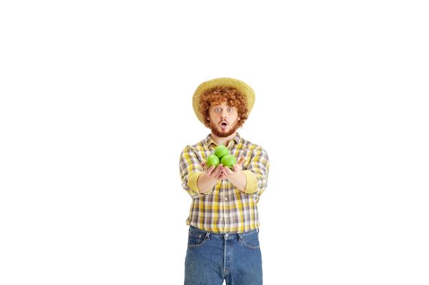 Przystojny rolnik na białym tle na białym tle studia
