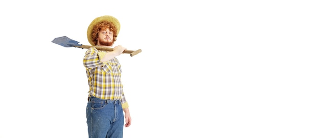 Przystojny rolnik na białym tle nad białą ścianą studia