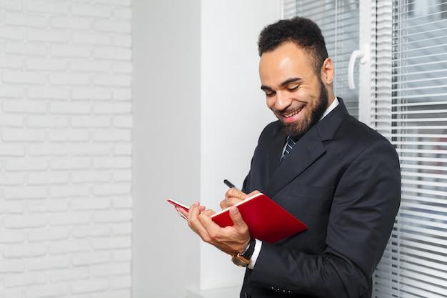 Przystojny rozochocony amerykanin afrykańskiego pochodzenia wykonawczy biznesowy mężczyzna