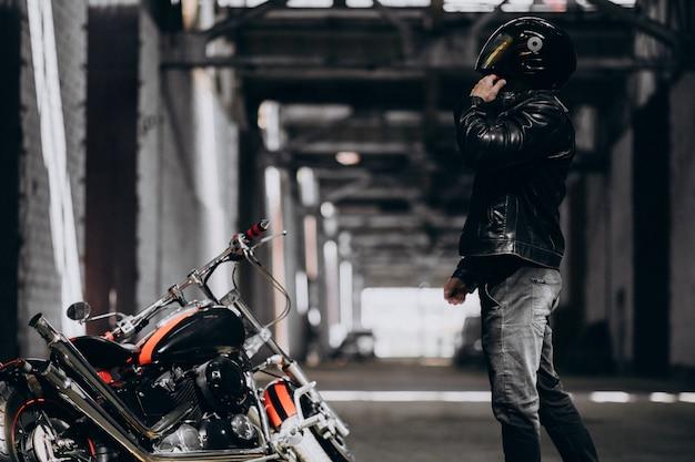 Przystojny seksowny mężczyzna na motocyklu