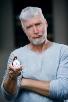 Przystojny Siwy Starszy Mężczyzna Z Wagą Stoper W Ręku. Koncepcja Sportu I Opieki Zdrowotnej Premium Zdjęcia
