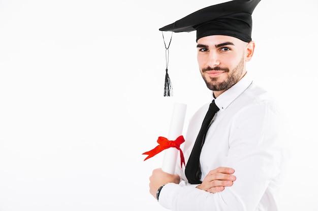 Przystojny skalowanie mężczyzna z dyplomem