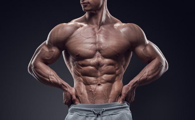 Przystojny sportowiec młody człowiek o doskonałej budowie ciała