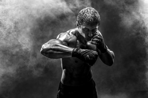 Przystojny sportowiec topless ćwiczący ciosy
