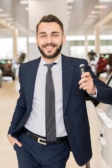 Przystojny sprzedawca samochodów