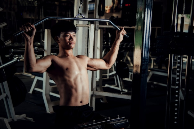 Przystojny sprzęt treningowy w siłowni sportowej