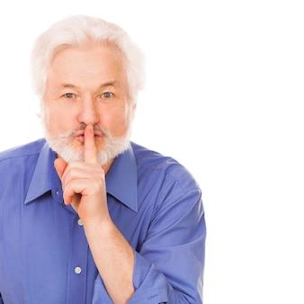Przystojny starszy mężczyzna prosi o ciszę