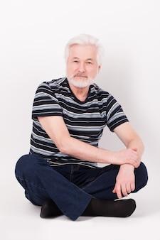 Przystojny starszy mężczyzna siedzi