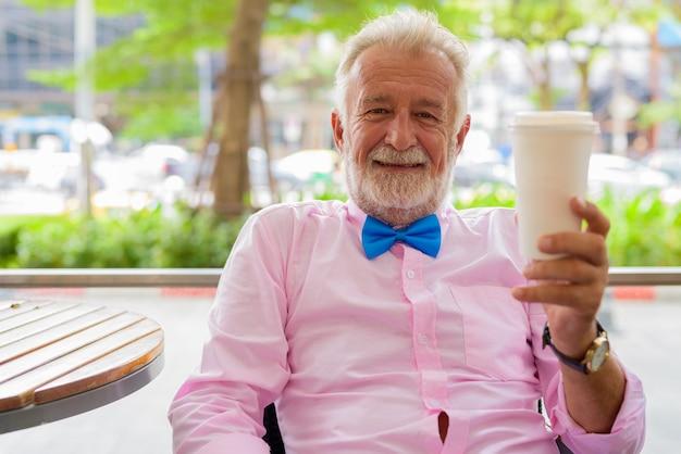 Przystojny starszy mężczyzna turystyczny zwiedzanie miasta bangkok, thailandia