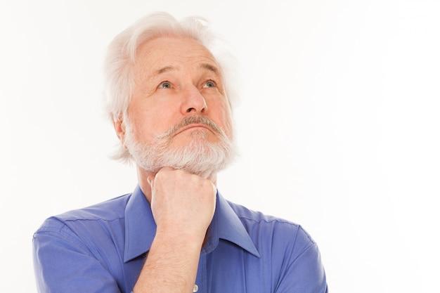 Przystojny starszy mężczyzna zamyślony