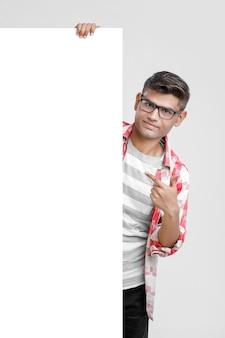 Przystojny student indian / azji mężczyzna pokazując puste szyld