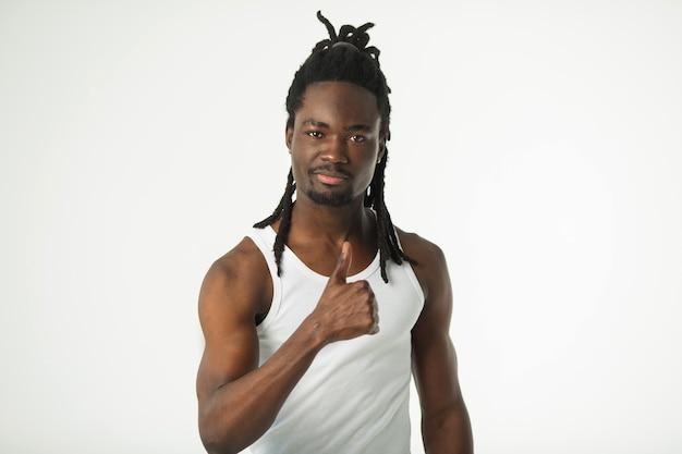 Przystojny stylowy afrykański mężczyzna z fryzurą dredów z gestem ręki