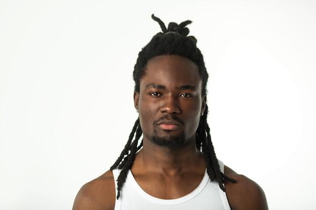Przystojny stylowy afrykański mężczyzna z fryzurą dredów