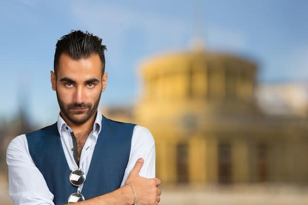 Przystojny stylowy arabski młody człowiek z bliska portret