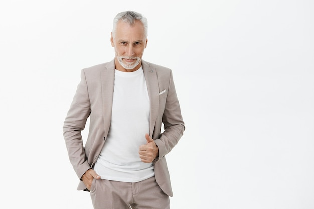 Przystojny stylowy starszy biznesmen szuka zadowolony