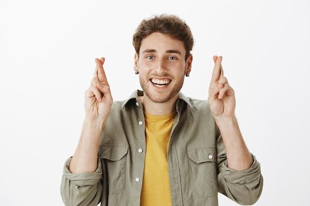 Przystojny szczęśliwy mężczyzna pozowanie w studio