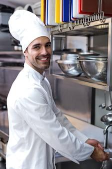 Przystojny szef kuchni mycie rąk