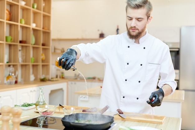 Przystojny szef kuchni w restauracji