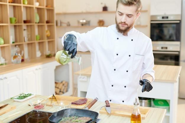Przystojny szef kuchni