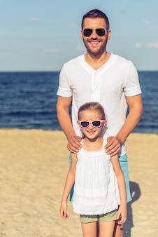 Przystojny tata i jego śliczna mała córka w słońc szkłach
