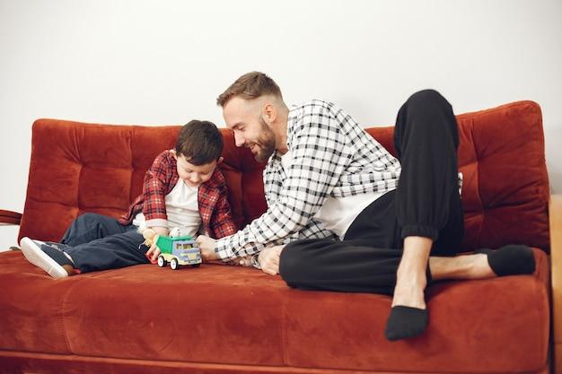 Przystojny tata z dzieckiem na kanapie