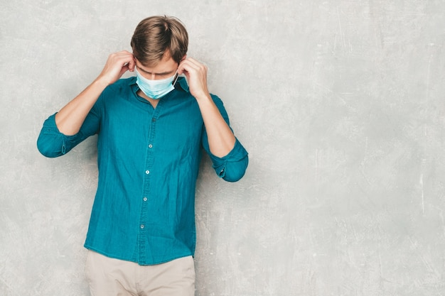Przystojny uśmiechający się hipster drwal biznesmen model nosi ubrania koszula casual jeans.