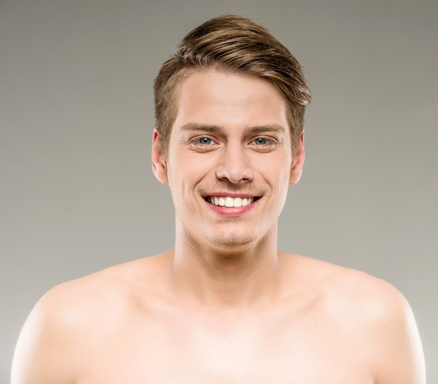 Przystojny uśmiechnięty mężczyzna z czystą skórą