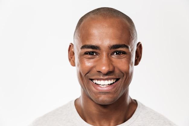 Przystojny uśmiechnięty młody afrykański mężczyzna