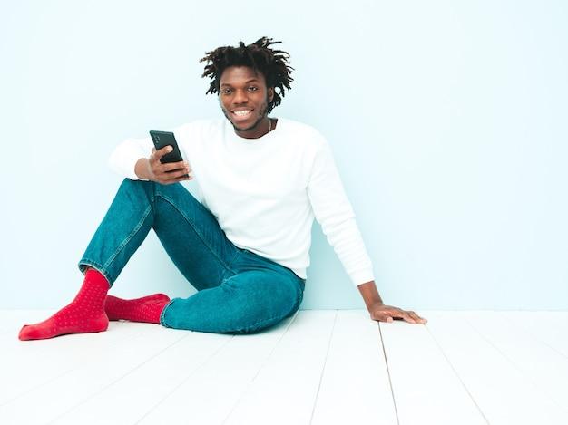 Przystojny uśmiechnięty model hipster. nieogolony afrykański mężczyzna ubrany w letnie ubrania