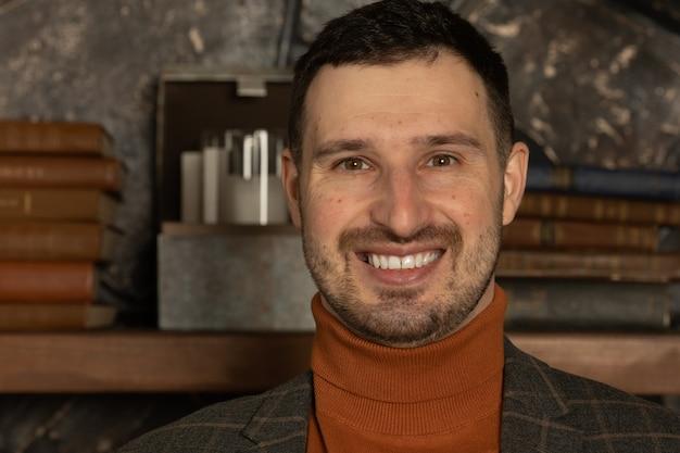 Przystojny uśmiechnięty pewny siebie portret biznesmena businessman