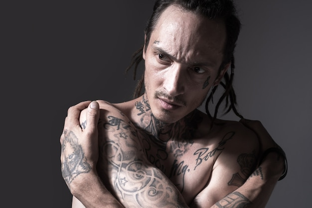 Przystojny wytatuowany mężczyzna tatuaż moda brutalność