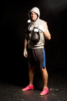 Przystojny, zdeterminowany młody bokser czeka na swoją walkę