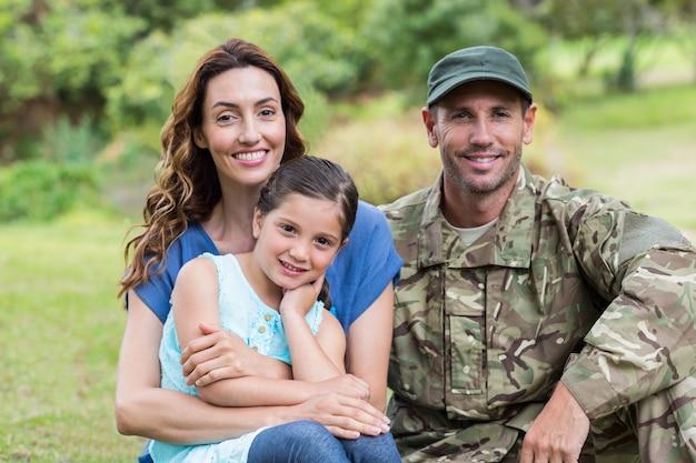 Przystojny żołnierz połączył się z rodziną