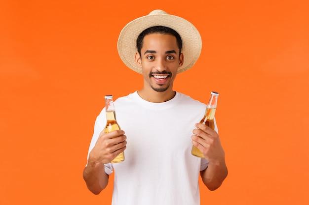 Przystojny zrelaksowany i szczęśliwy uśmiechnięty afroamerykański mężczyzna w kapeluszu
