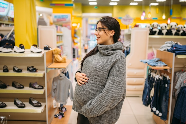 Przyszła mama w sklepie, w dziale obuwniczym