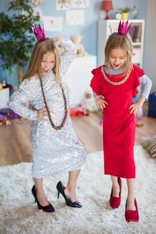 Przyszłe modelki bawią się w salonie