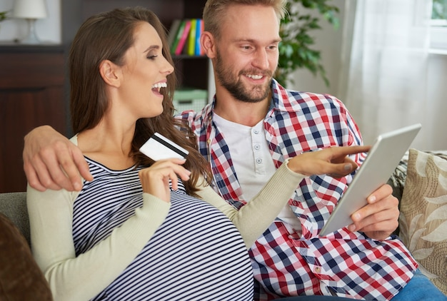 Przyszli rodzice robią zakupy online dla dziecka