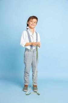 Przyszłość. mały chłopiec marzy o zawodzie krawcowej. koncepcja dzieciństwa, planowania, edukacji i marzeń.