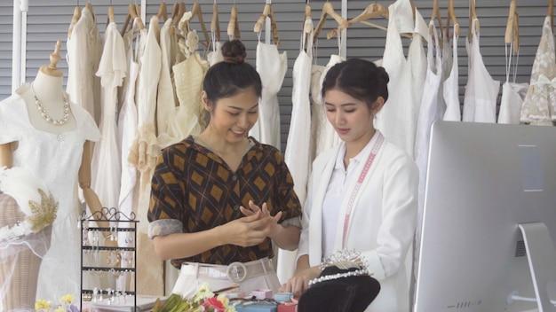 Przyszły panna młoda klient rozmawia z sklepikarz sklepu ślubnego