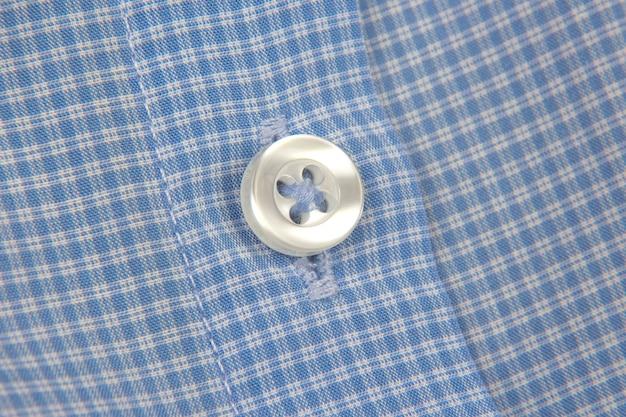 Przyszyty guzik do koszuli z bliska