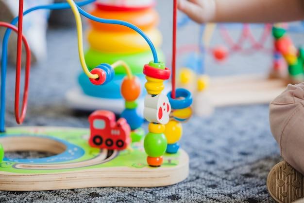 Przytnij dziecko z edukacyjną zabawką