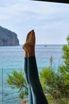 Przytnij kobietę wykonującą jogę w pozycji stojącej na głowie