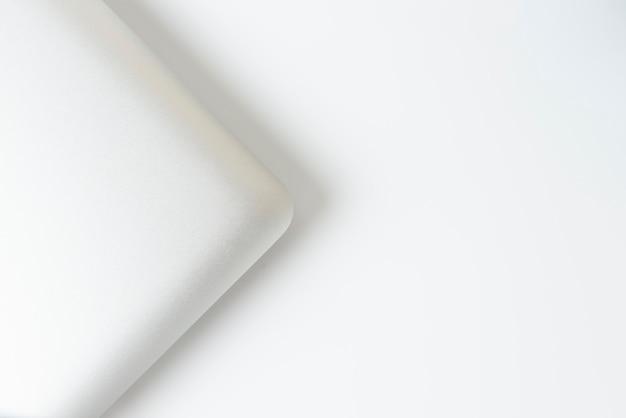Przytnij od lewej aluminiowy nowoczesny laptop z pustą czarną klawiaturą izoluj na białym tle