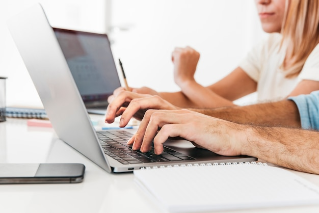 Przytnij ręce wpisując na laptopie w miejscu pracy
