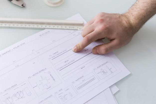 Przytnij rękę wskazując na dane w dokumencie
