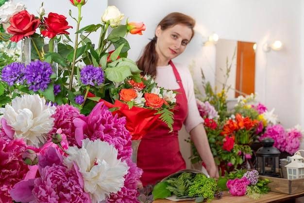 Przytnij widok salera kwiatów. biznes florystyczny.diy układanie bukietów.